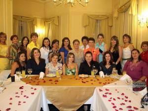 Maria Isabel acompañada por amigas y familiares.