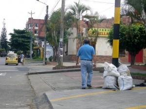 Trabajadores y propietarios de establecimientos comerciales nocturnos y edificios residenciales dejan las basuras en los andenes. (Jaime Del Río).