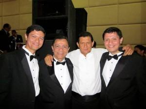Al lado de sus hijos y Emiliano Zuleta.