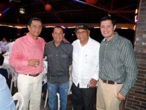 Acompañado de Roberto Calderón, Adolfo Pacheco y su hijo.