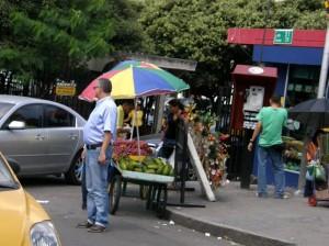 La entrada del almacén Éxito es una de las más invadidas por vendedores.