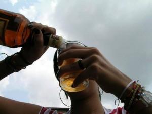 Una mujer alerta a padres de familia sobre el cuidado sobre sus hijos en el consumo de alcohol y sobre establecimientos que lo venden.