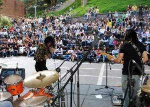 Invasión Zarabanda, agrupación santandereana de rock fusión que se presentó en la plazoleta Banú, en la Unab.