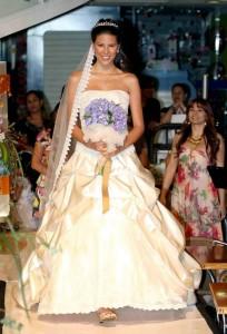 Es un estilo romántico elaborado en blonda chantillí, cristales de swarovski, mostacilla tornasola y falda en pellizcos drapeados.