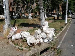 Los vecinos piden que se hagan arreglos y no se vuelva a ver basuras ni escombros, como sucedió en esta foto tomada en febrero pasado.