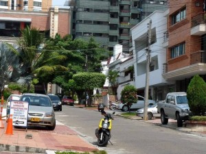Este sector de la carrera 37 es uno de los más afectados por la invasión de andenes por carros y motos, como lo sustenta el ciudadanos que escribe para Gente de Cabecera.