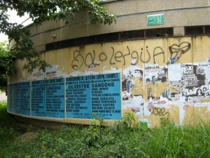 En la foto se observa la contaminación visual por los afiches y grafitis.