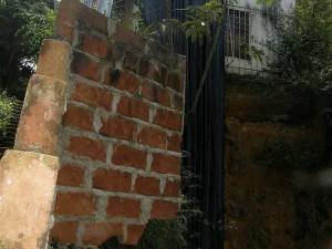 Don Gustavo Niño advirtió que a su casa le quitaron terreno de sus bases, por lo que la pone en peligro.