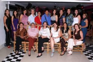 En compañia de sus amigos Silvia Liliana Claro Bermúdez realizó su despedida de soltera. (Mauricio Betancourt).