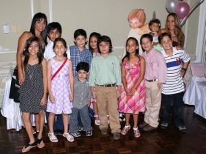 Junto a sus amigos Andrea Catalina Niederbacher celebró su Primera Comunión. (Mauricio Betancourt).