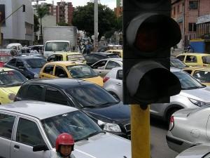 El cruce de la carrera 27 con avenida González Valencia se vio también congestionado.