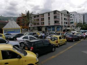En la avenida González Valencia se vio trancón toda la tarde.