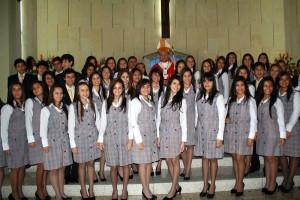 Monseñor Ismael Rueda Sierra,  Hermana Yanira Carrillo Figueroa rectora del colegio de La Presentación y los estudiantes de décimo grado de dicha institución.