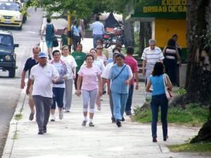 Son docenas de personas las que asisten diariamente, en las primeras horas del día, a hacer deporte al parque San Pío.