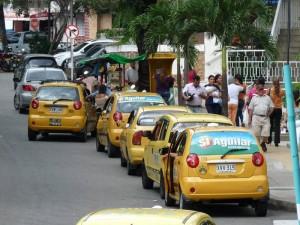 Además de las ventas ambulantes, frente a la clínica también está la fila de taxis constantemente.