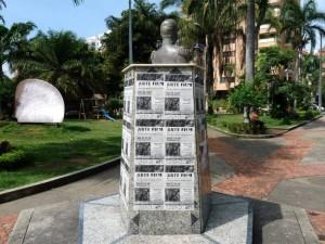 Qué tal esta escena con un monumento ubicado en el Parque de las Palma.