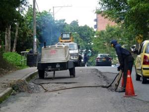 El Periodista del Barrio dice que los arreglos que se hacen en la vía durarían más si se restringiera el paso de vehículos pesados. (Tatiana Celis).