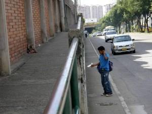 Este es el paso peatonal que según las madres de familia de La Merced, permanece lleno de indigentes. (Nelson Díaz).