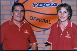 Junto a su esposa Adriana Lucía del Pilar Santos, en la Escuela de Baloncesto Iván Olivares.