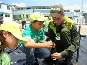 Junto a la Policía Ambiental los estudiantes sembraron semillas.