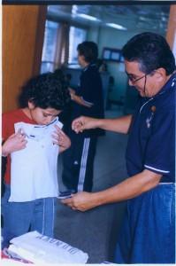 En diciembre, Carlos Parra y su esposa entregan ropa para los niños enfermos de cáncer del Hospital Universitario de Santander.