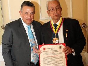 Alfonso Marín Morales  recibiendo el Mérito Notarial en grado máximo de Gran Cruz.