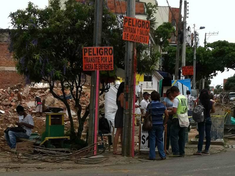 Al parecer el aviso no ha sido leído por estos vendedores, quienes continúan junto a la obra corriendo riesgos en sus vidas.