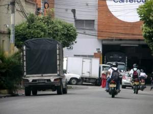 A diario se ven por la zona camiones descargando mercancía.