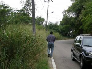 Caminar por la vía principal a Pan de Azúcar se ha vuelto una tortura para los residentes de la zona y quienes trabajan a diario allí.