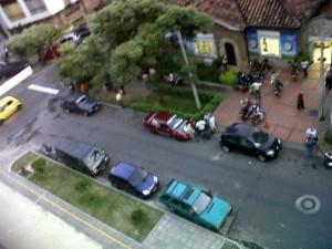 Cuando no son motos, son carros particulares estacionados a lado y lado de la vía.