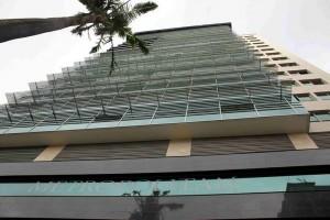Acabado exterior en piedra natural (granito y piedra muñecal) fachada flotante en aluminio y vidrio cristal.