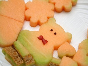Las figuras decorativas se realizan con moldes en frutas como la piña, melón o mango.