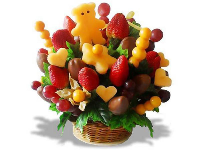 Adornos hechos a base de fruta y que semejan muñecos, flores o ...
