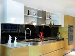 La cocina tiene acabados modernos que dan un toque vanguardista al apartamento.