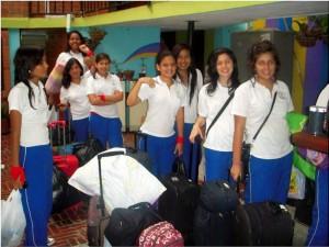 """Las estudiantes del Santa María Micaela preparan su """"viaje"""" por todo el mundo, en su Semana Cultural."""