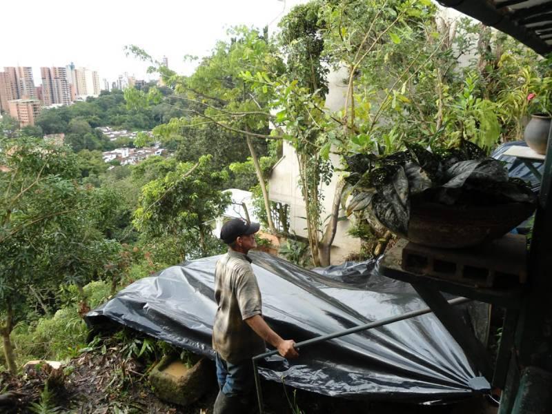Los residentes pagaron a obreros para que les ayudaran a instalar plásticos sobre la superficie de tierra y así evitar más deslizamientos.