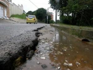 El desnivel en la carrera 50 de Lagos del Cacique tiene una altura de 10 centímetros, aproximadamente.