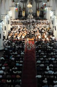La presentación del joven se hizo con la Orquesta Sinfónica de la Unab, aquí en la iglesia de La Sagrada Familia.
