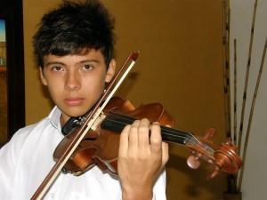 Julián Andrés Rey Peñaranda interpreta todo tipo de música, tanto con su voz como con el violín. (Javier Gutiérrez).