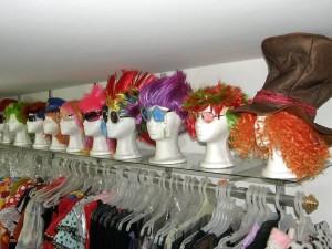 En cuanto accesorios los años 70 como gafas tipo Elvis, bolo disco, metalizadas,  lentejuelas, afros, atuendos y pantalones 'bota campana' son buscados.