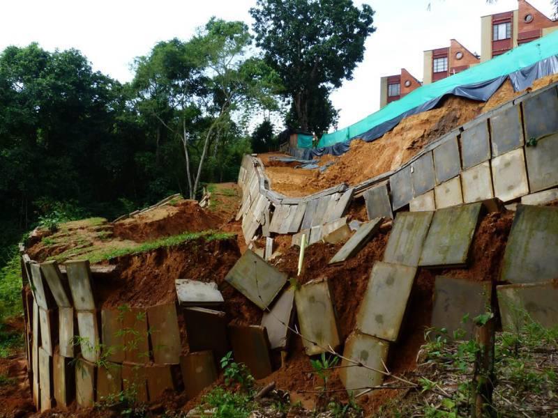En la parte alta se pueden apreciar las viviendas, ubicadas a escasos 5 metros del talud.