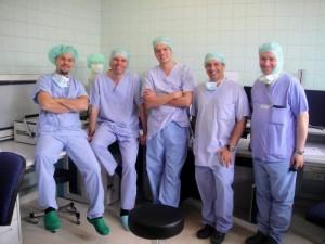 Con algunos compañeros de trabajo, en la Clínica Universitaria Albert Ludwigs, en Freiburg, sur de Alemania.