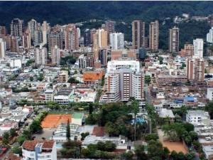 Del lado contrario, la foto nos muestra en primer plano al Club Unión y Cabecera, el Centro Comercial Cuarta Etapa y Quinta Etapa. Las edificaciones alrededor de la zona comercial contrastan notablemente con la foto de hace 60 años.