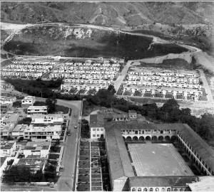 Esta foto nos permite ver a Terrazas, desde la carrera 33, a pocos metros del colegio de La Presentación. En la década de los 60, por lo que se observa en la foto, se tenía prevista la construcción de Pan de Azúcar. También se ve reciente la construcción de la vía al cerro.