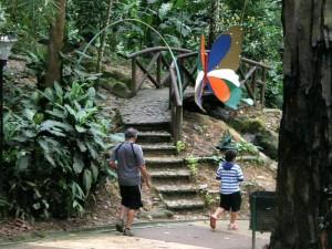 Al parque acuden con frecuencia personas de la tercera edad y niños.