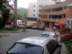 En la zona hay dos parqueaderos que al parecer muchos, por razones desconocidas, prefieren no usar.