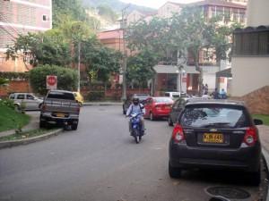 A diario se observan vehículos estacionados en esta vía.
