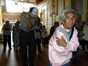 Según Sandra Fajardo Pico es necesario que el adulto mayor tenga un acompañamiento de una persona durante la actividad física sobre todo si se padece de alguna enfermedad.