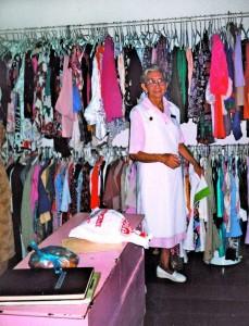 Dentro de las obras está la recolección de ropa de segunda que luego arreglan para dejarla en buen estado y al servicio del albergue.