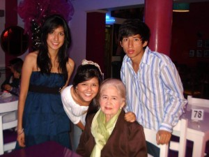 Leonor Cruz de Ochoa y sus nietos Yenny Andrea Ochoa Castillo, Estefanía Méndez Ochoa y Felipe Andrés Quitian Ochoa.